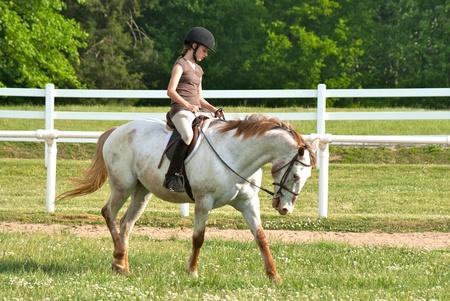 casco rojo: Chica en atuendo de jinete ingl�s a caballo Foto de archivo