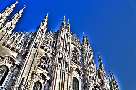 Duomo di Milano, l'architettura su sfondo blu Archivio Fotografico - 47203398