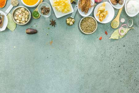 hierbas: Especias y hierbas en cuencos de metal. Alimentos e ingredientes de cocina. Aditivos naturales de colores para decorar y dise�o de proyectos.