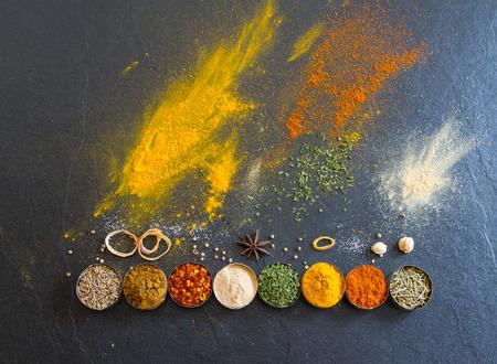 especias: Especias y hierbas mezcladas en el fondo para el diseño decorar.