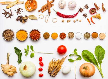 ensalada tomate: Verduras frescas y otros alimentos saludables en el fondo blanco para el dise�o decorar. Foto de archivo