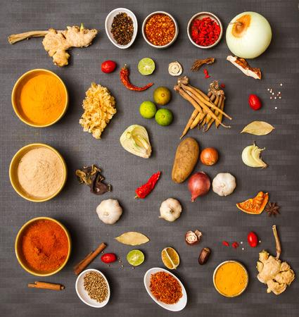 �pices: Nourriture pour les �pices sur fond. Banque d'images
