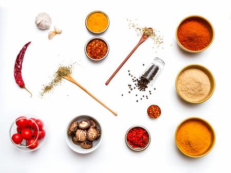 요리 배경과 디자인을위한 음식과 향신료 허브.