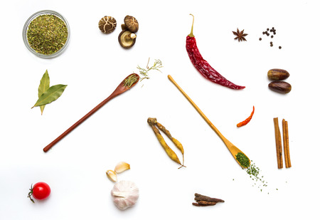 fondo blanco: Alimentos y especias hierbas para el fondo de cocción y el diseño.