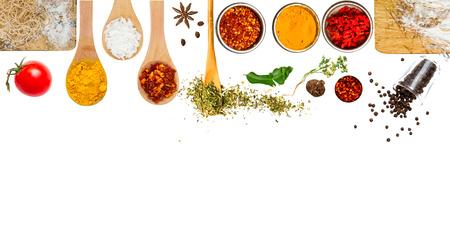 Kruiden en specerijen voor het koken op een witte achtergrond Stockfoto