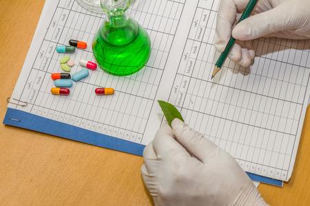examenes de laboratorio: scientist working at the laboratory. Foto de archivo