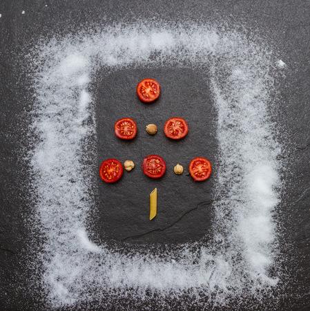 tomate de arbol: árbol de Navidad sobre fondo de color tomate.