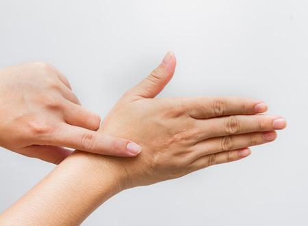 Las manos del hombre con la cicatriz aislados en blanco. Foto de archivo - 44076818