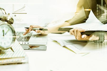 Mujer de negocios que preparan los documentos y el diagrama gráfico de negocios y gente de negocios que trabajan en el fondo, el contenido empresarial, conocimiento de los negocios y la película de efecto y diseño digital. Foto de archivo - 64915553