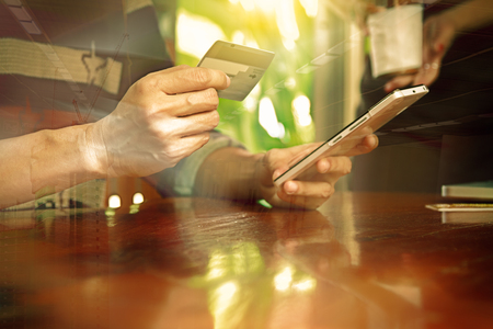 cuenta bancaria: Manos que sostienen la tarjeta de crédito y uso portátil. Las compras en línea, el contenido de la tarjeta de crédito, tarjeta de crédito de fondo, Fondo de las finanzas, diseño digital.