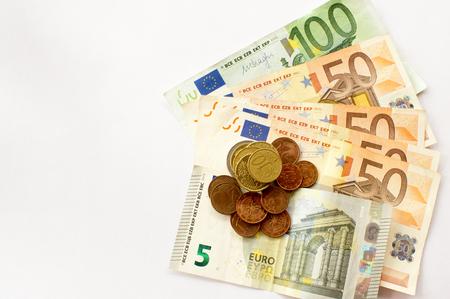 Europese munten op de verschillende eurobankbiljetten zoals achtergrond. Stockfoto