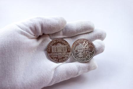 白い手袋にオーストリア造幣局から、投資の銀貨を銀。ウィーン ・ フィル ハーモニー管弦楽団。