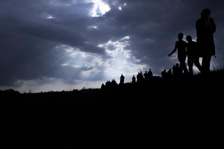 Los rayos del sol iluminan a las personas. Inmigración de personas. Foto de archivo