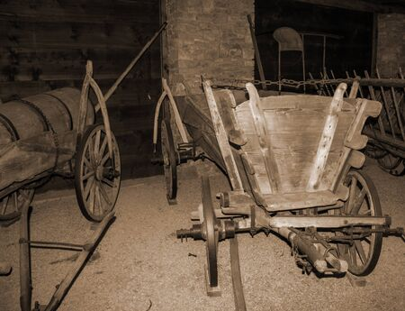 An old carriage that binds to a horse. The plow and blade are loaded on the carriage. Stockfoto