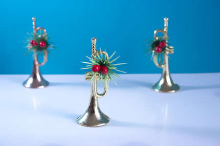The trumpets festively decorated with a blue background. Christmas still life for musicians. 免版税图像