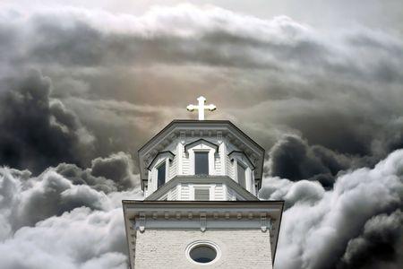 church steeple: Chiesa campanile con croce d'oro in un Cloudscape