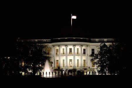 Vista del pórtico sur de la casa blanca por la noche en Washington DC