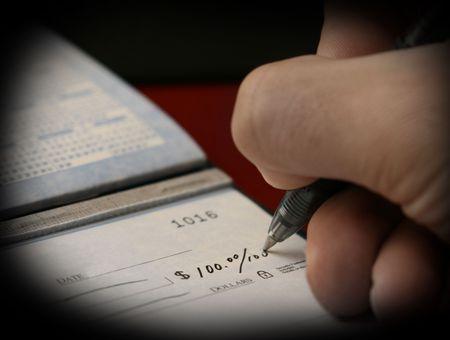 Eine Person, die Zahlung von Rechnungen schriftlich einen Scheck von ihrem Girokonto  Standard-Bild - 2175681