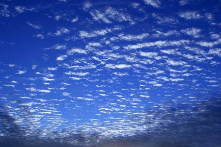 Ein strahlend blauer Himmel mit schönen weißen flauschigen Wolken ... Standard-Bild - 2205209