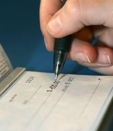 persona escribiendo: Una macro de una persona de escribir un cheque de un proyecto de ley