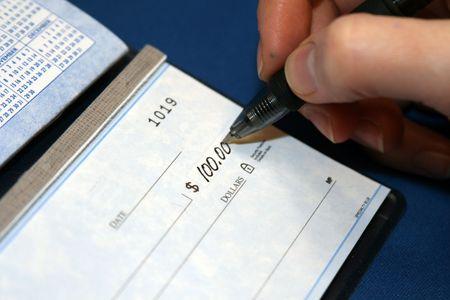 persona escribiendo: A closeup de una persona escribir un cheque personal