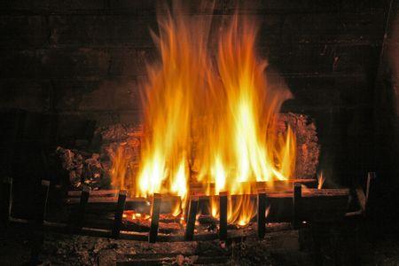 Feuer im Winter Kamin Standard-Bild - 5990655