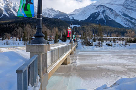 Field, British Columbia, Canada, February 24, 2019 - The town's entrance bridge over the Kicking Horse River 新聞圖片
