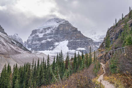 Hiking trail at Lake Louise Plain of Six Glaciers with Mount Lefroy and Mount Victoria in Banff National Park, Alberta, Canada Banco de Imagens