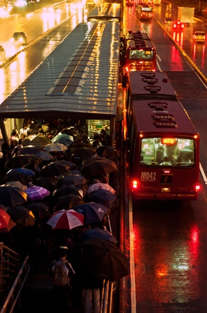 Bogot、コロンビアの Transimlenio、雨の中で待っている人々 報道画像