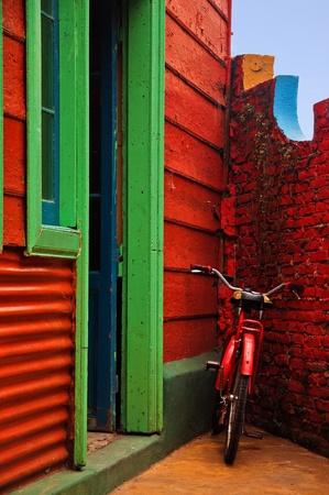 赤い壁の隣に赤い自転車