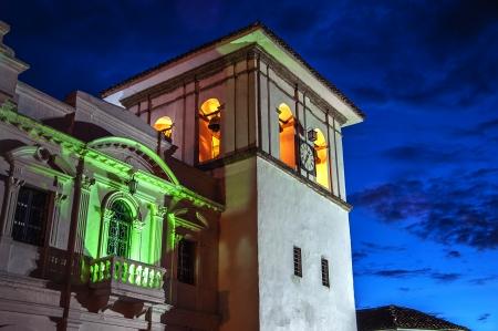 青の時間の間にコロンビア、ポパヤンで時計塔