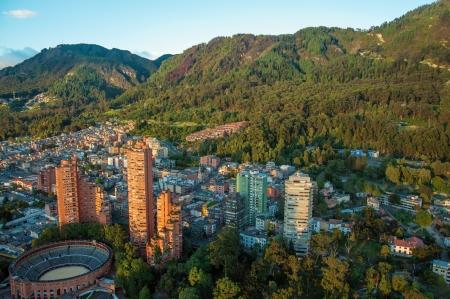 Ein Blick auf das Zentrum von Bogota mit den Anden im Hintergrund