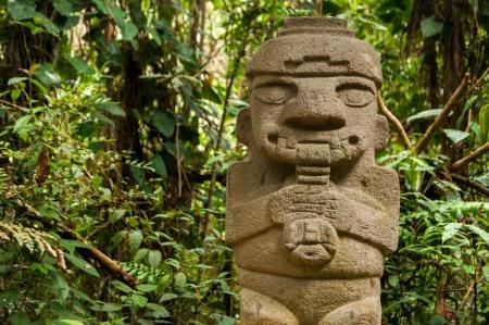 Un ancien, la flûte, précolombien statue à San Agustin, Colombie