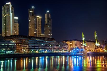 美しい高級なプエルトマデロやブエノスアイレスで夜に高層ビル