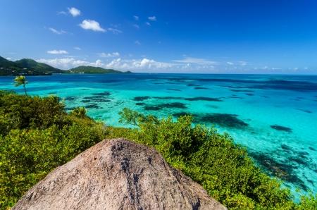 Gezicht op Caribische Zee en Providencia gezien vanaf de top van de Krab Caye in San Andres y Providencia, Colombia