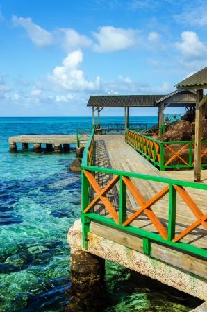 Eine bunte Dock mit klaren tropischen Wasser der Karibik in San Andres y Providencia, Kolumbien