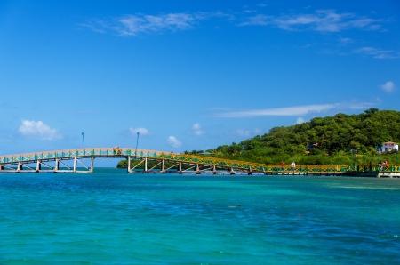 サン Andres y プロビデンシア島, コロンビアの 2 つの緑豊かな熱帯の島を結ぶカラフルな橋