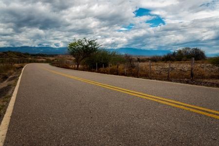 Winding camino que pasa a través de un paisaje árido seco Foto de archivo - 17918083