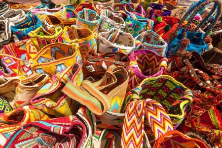 リオアチャ, コロンビアのお土産として販売のための Wayuu インド人の典型的なカラフルなバッグ 写真素材