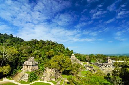 パレンケ主な宮殿、美しい青い空を背景にいくつかの寺院の視野