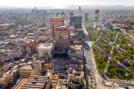 広い公園や高層ビルをバック グラウンドでメキシコ シティの町並み
