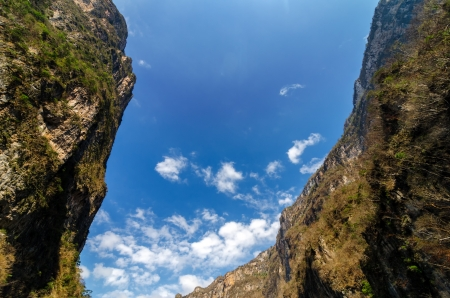 Looking up at the sky from deep within Sumidero Canyon in Mexico 版權商用圖片 - 19698624