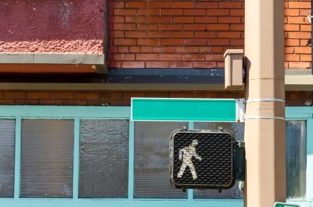 paso de peatones: Señal de tráfico que muestra una señal de caminar con un nombre de la calle en blanco en Portland, Oregon