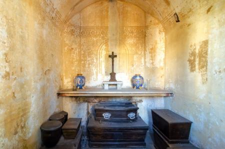 tumbas: El interior de una tumba en el cementerio de la Recoleta, en Buenos Aires, Argentina