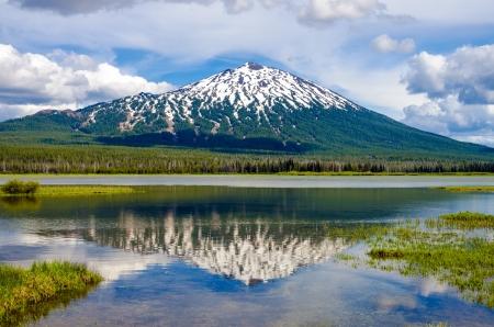 湖に反射とオレゴン州マウント バチェラーのビュー