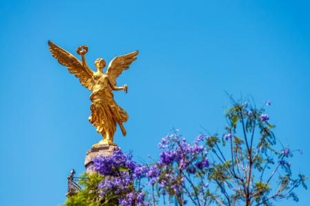 Ángel de color de oro de la Independencia en la Ciudad de México