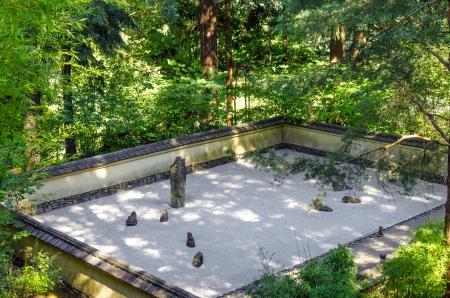 japenese: Mirando hacia abajo en un jard�n de rocas Japenese Foto de archivo