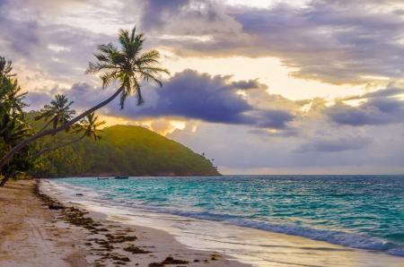 サン アンドレス y プロビデンシア島、コロンビアのビーチで日の出の紫とオレンジ色の空 写真素材