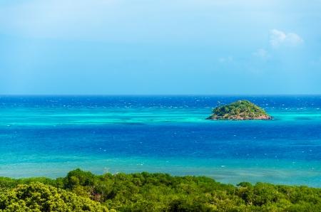 Kleine Insel in der Nähe von San Andres y Providencia, Kolumbien von türkisfarbenem Wasser umgeben und blau