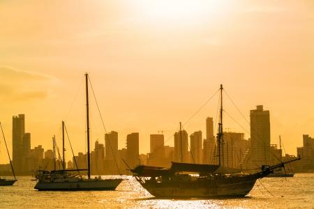 ボートとカルタヘナ, コロンビアの日没で高層ビル 写真素材